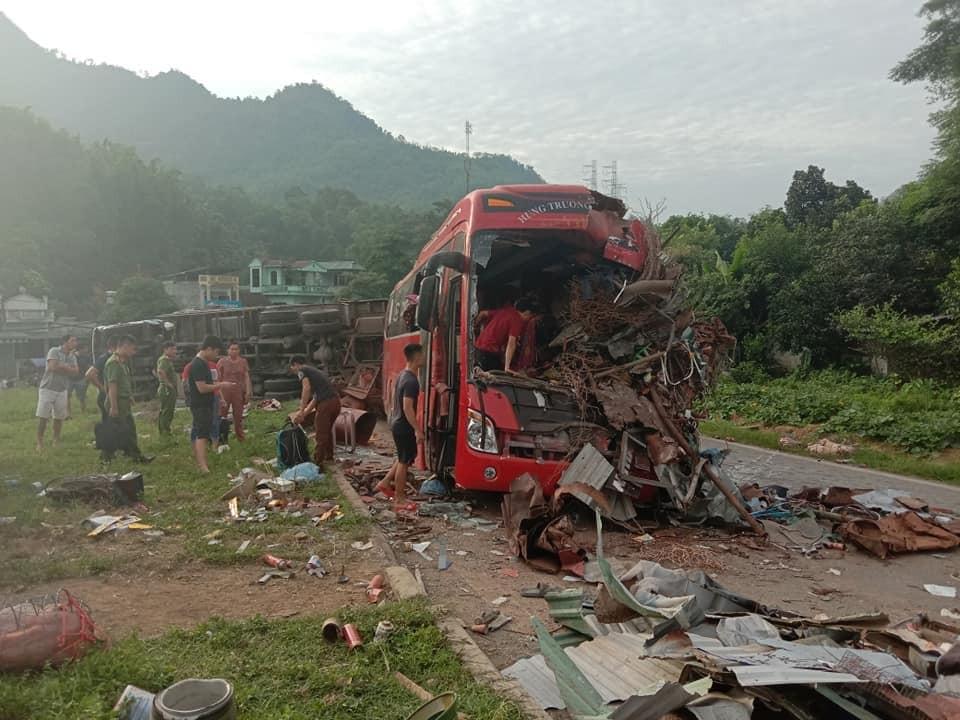 Chiếc ô tô khách bị hư hỏng hoàn toàn sau vụ tai nạn