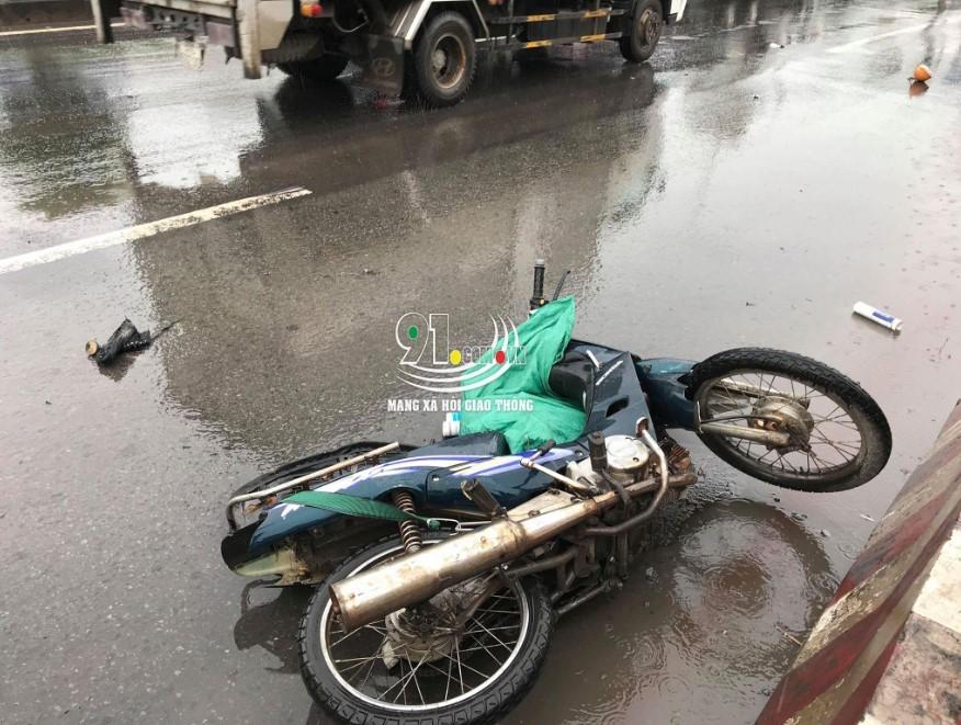 Chiếc xe máy của 2 nạn nhân nằm đổ tại hiện trường