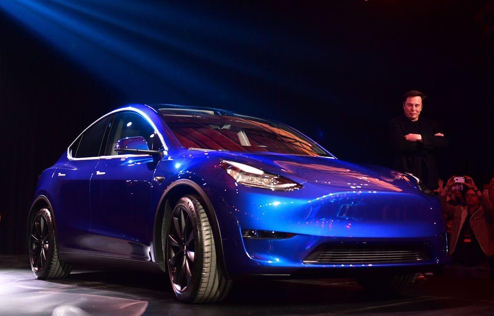Elon Musk đứng cạnh mẫu xe Model Y