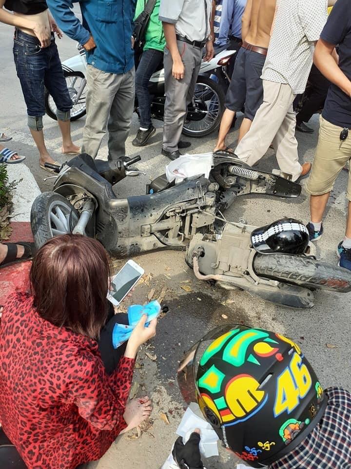 Chiếc xe tay ga mang nhãn hiệu Liberty gãy đôi, hư hỏng nặng tại hiện trường (Ảnh: Facebook)