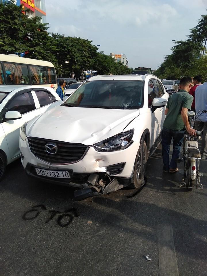 Chiếc xe ô tô con bị móp đầu sau khi va chạm với chiếc xe tay ga quay đầu thiếu quan sát