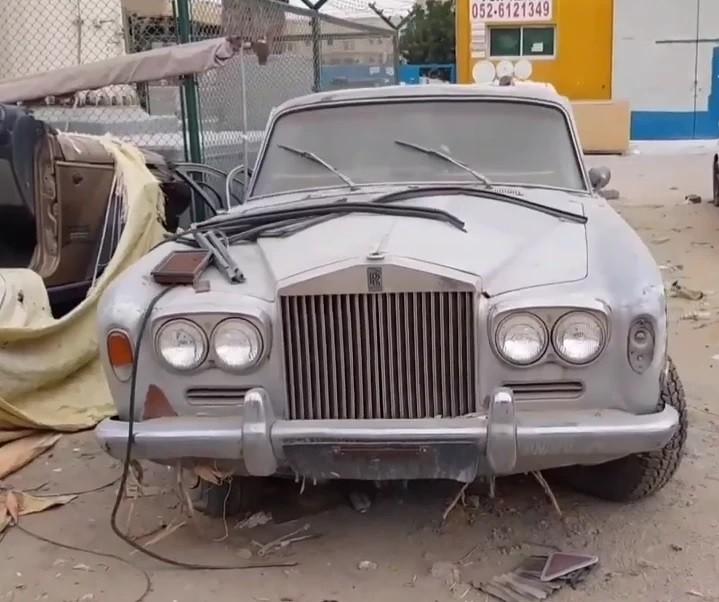 Một chiếc Rolls-Royce nằm im lìm dưới lớp bụi dày trong nghĩa địa ô tô