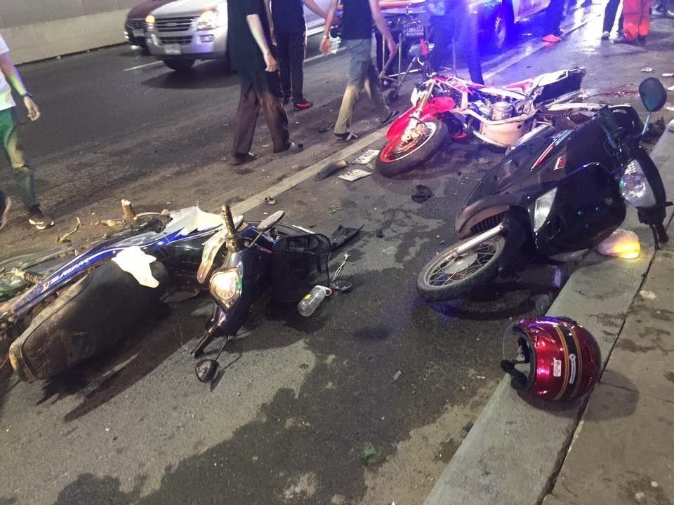 Những chiếc xe máy bị chiếc xe bán tải tông trúng