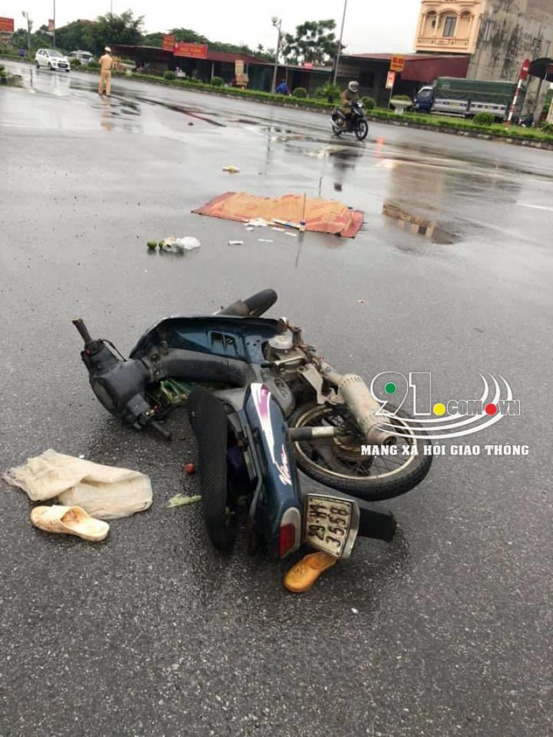 Chiếc xe máy của 2 vợ chồng nạn nhân tại hiện trường