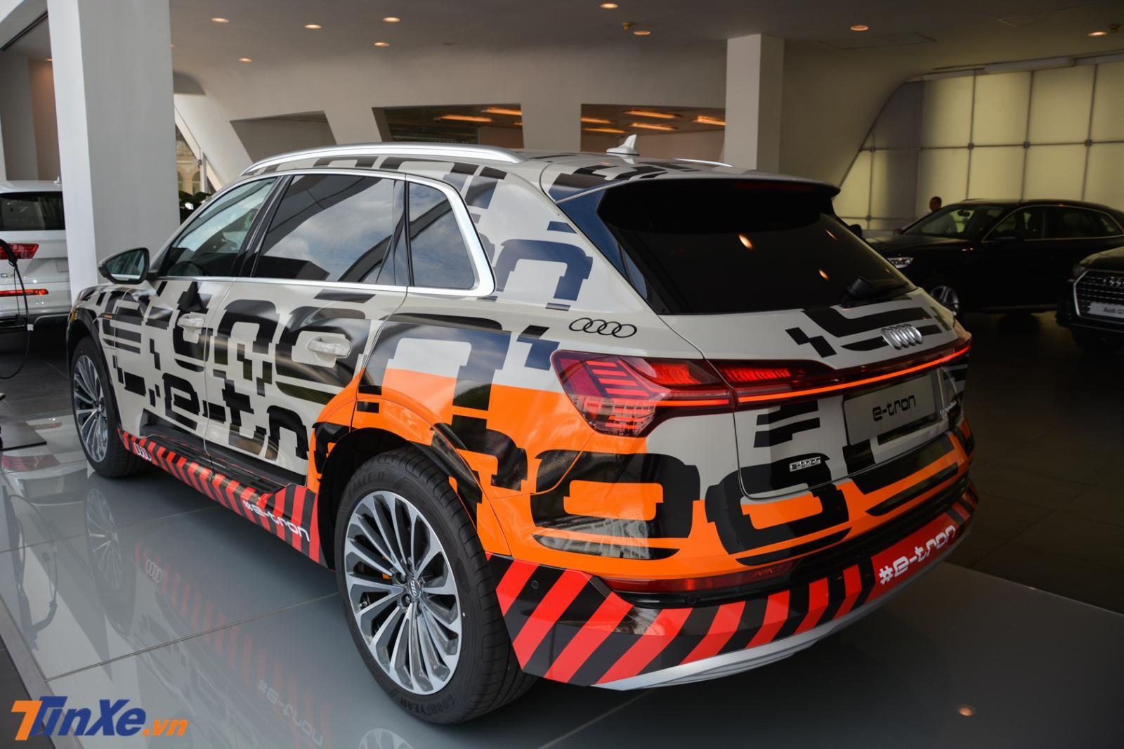 Xe xanh Audi e-tron đầu tiên về Việt Nam đã được dán lại ngoại thất sang 2 màu xám và cam