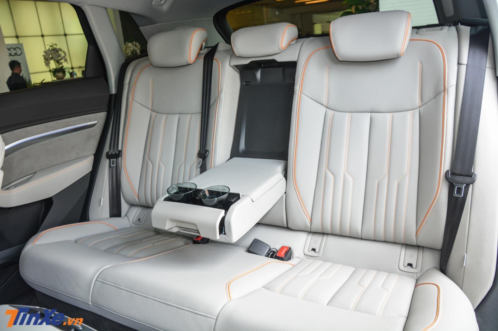 Cận cảnh hàng ghế sau của Audi e-tron 2019