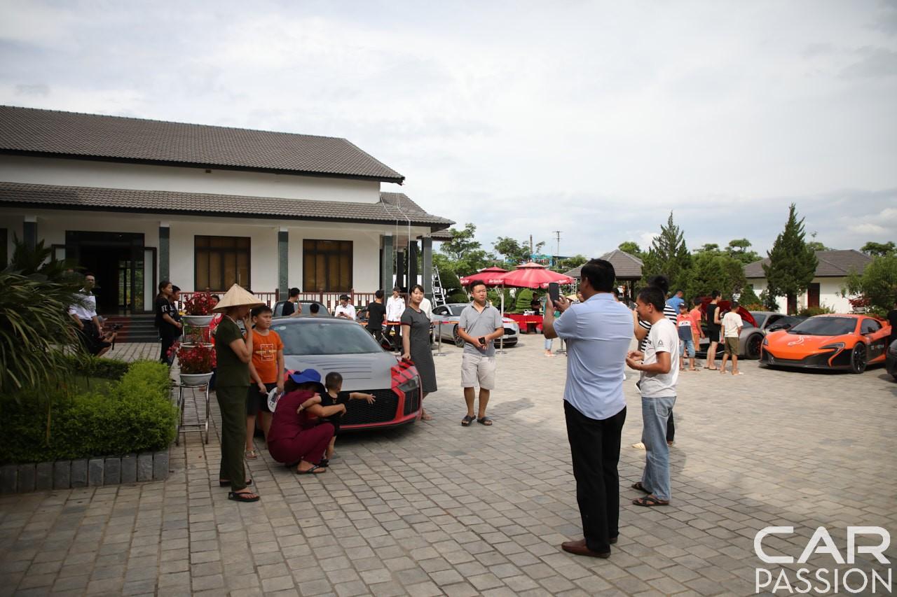 Khi đoàn Car Passion 2019 có mặt tại Mộc Châu đã thu hút không ít người dân đến chụp ảnh