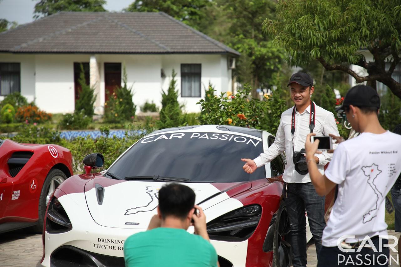 Những bạn trẻ chụp ảnh cùng McLaren 720S của trưởng đoàn Car Passion 2019