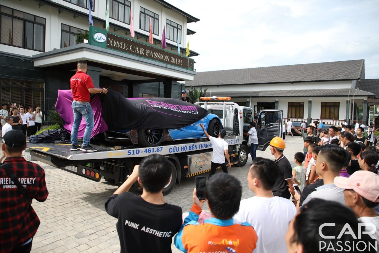 Chiếc siêu xe Lamborghini Aventador Limited Edition 50 nằm trên xe chuyên dụng từ Hạ Long về Mộc Châu