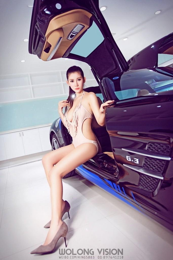 Kiều nữ Lí Nhã khoe thân hình gợi cảm với vòng 1 cup E bên Mercedes-Benz SLS AMG