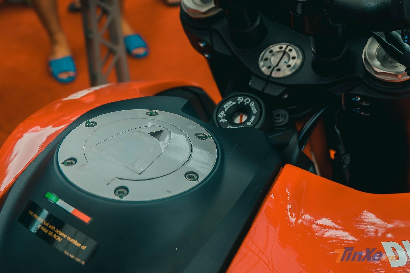 Chiếc xe sở hữu màu sơn đỏ đen tuyệt đẹp, đậm chất Ducati