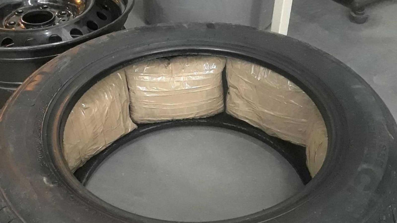 Một chiếc lốp xe chứa những gói ma túy đá bên trong