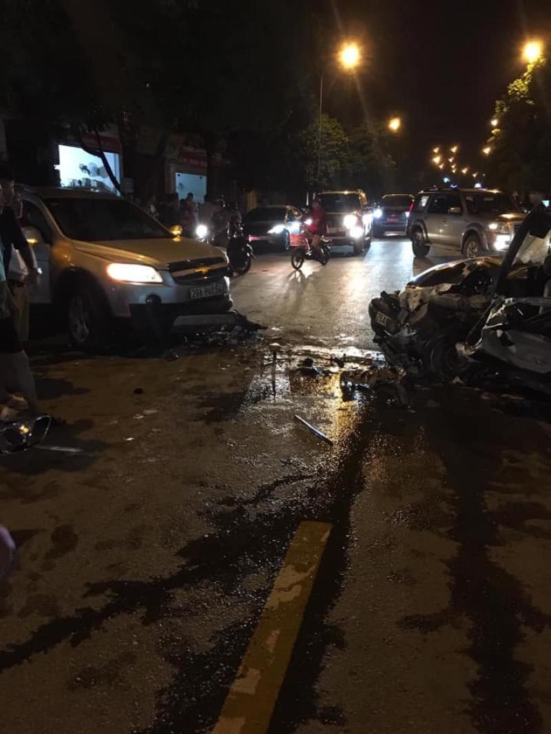 Chiếc Chevrolet cũng bị hư hỏng sau cú tông trực diện của chiếc sedan
