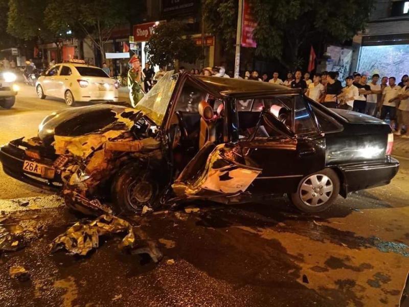 Chiếc sedan 4 chỗ bị biến dạng nặng nề sau vụ tai nạn