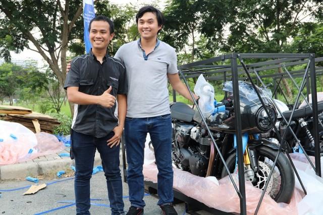 Đại diện Triumph Việt Nam giới thiệu và bàn giao chiếc xe phiên bản giới hạn cho khách hàng