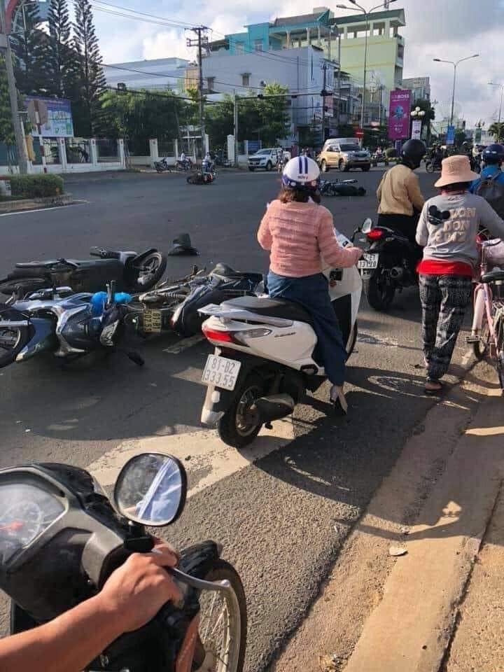 5 chiếc xe máy bị đâm nằm la liệt tại hiện trường