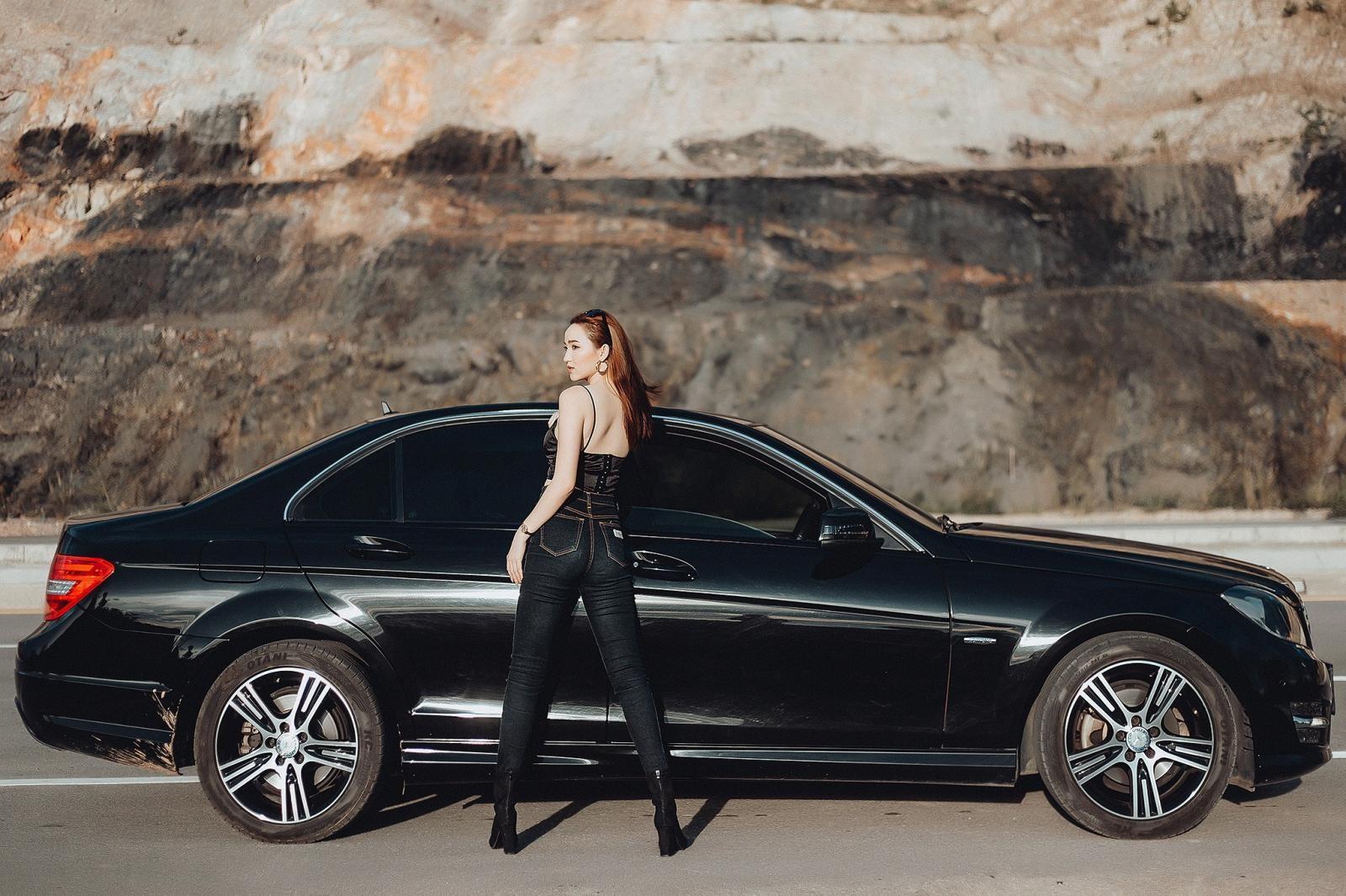 Thiên thần áo đen khoe dáng bên Mercedes-Benz - 6