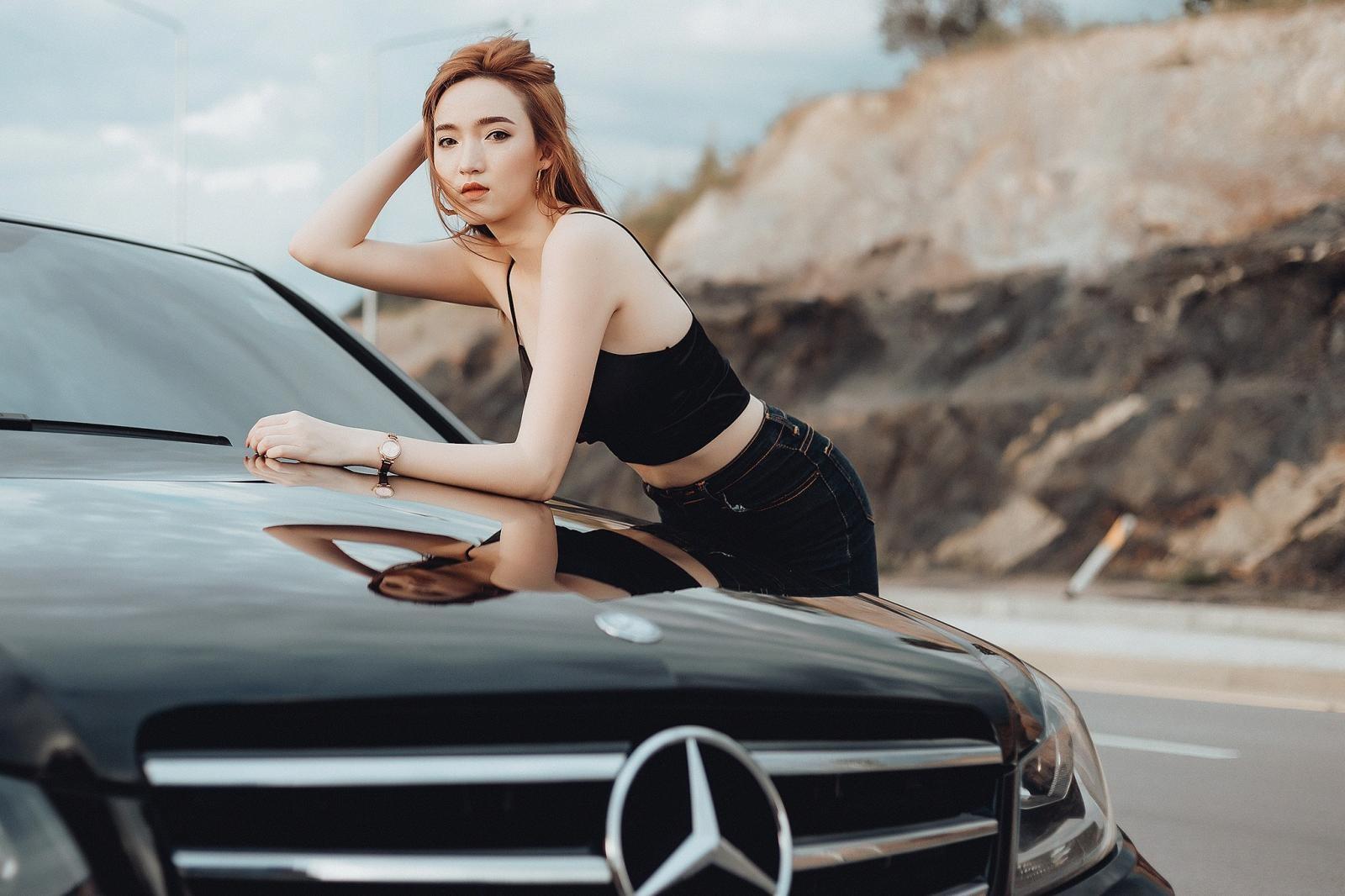 Thiên thần áo đen khoe dáng bên Mercedes-Benz - 3