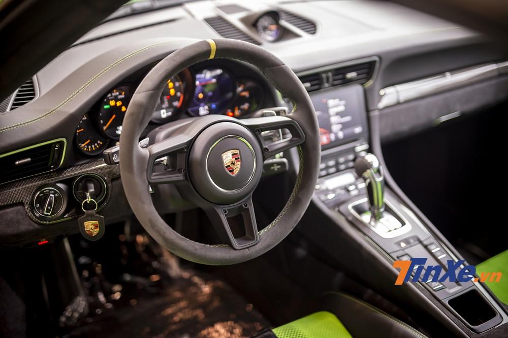 Không gian nội thất của Porsche 911 GT3 RS 2019 cũng được phù màu xanh đồng điệu với phần sơn ngoại thất. Ngoài ra có thể thấy được sự tinh tế, gọn gàng và thực dụng ở cách bố trí thiết kế bên trong xe.
