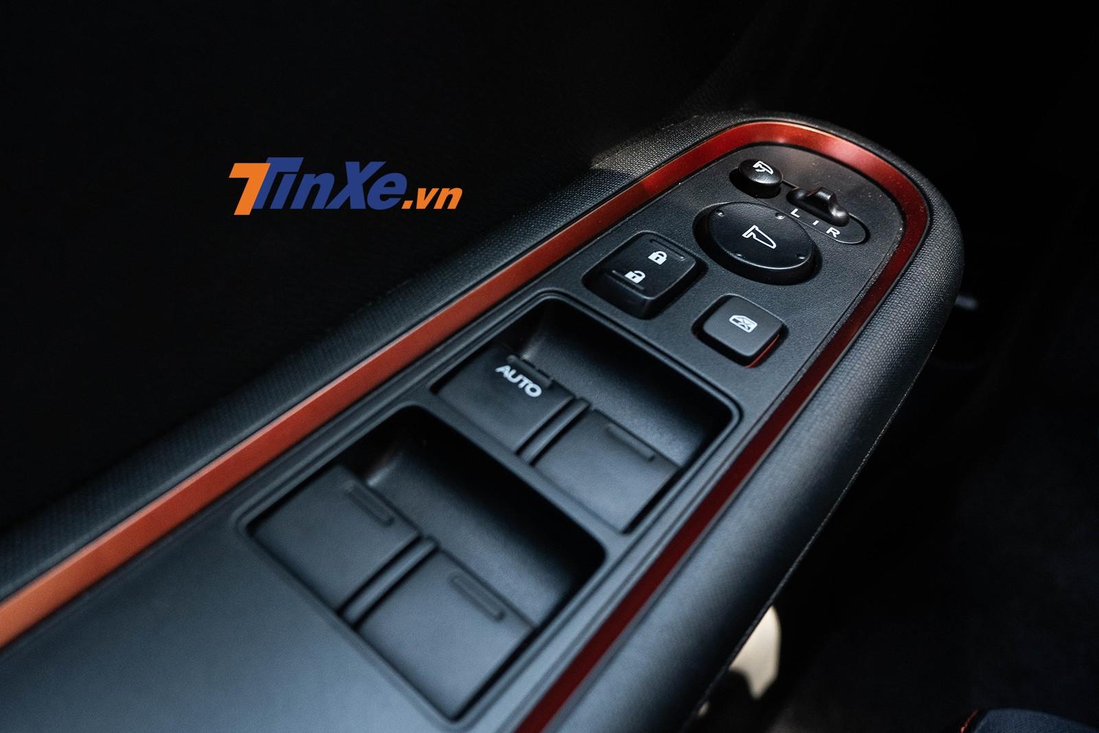 Khu vực bệ tì tay cũng có đường viền màu trang trí, duy chỉ có cửa sổ người lái là có tính năng tự động chỉnh 1 chạm