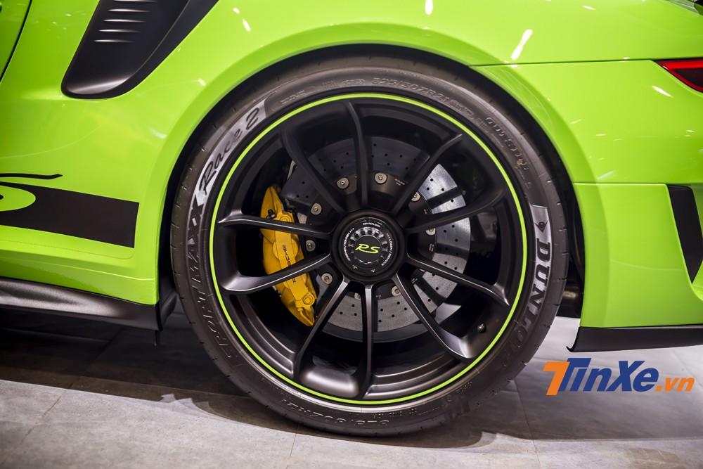Phía sau là bộ vành kích thước lên tới 21. Điều đáng kể nữa là chiếc Porsche 911 GT3 RS này còn sở hữu bộ phanh gốm carbon.
