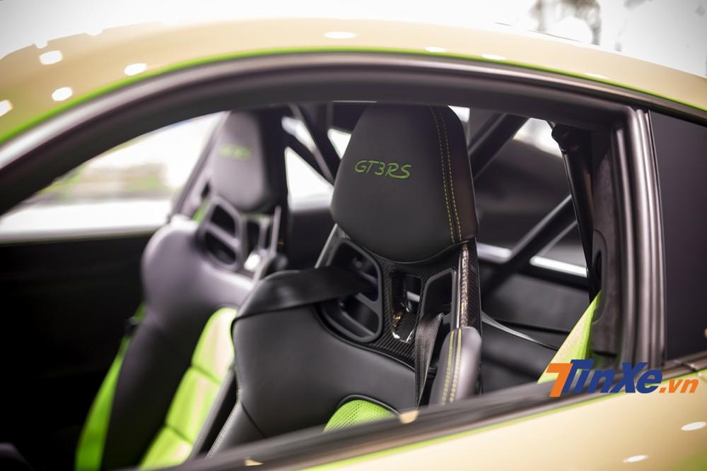 Ghế lái  bên trong Porsche 911 GT3 RS 2019 được làm từ carbon để giảm trọng lượng xe. Bên trong xe cũng được gia cố thêm khung chống lật và cả dây đai an toàn 6 điểm như những chiếc xe đua thực thụ.a