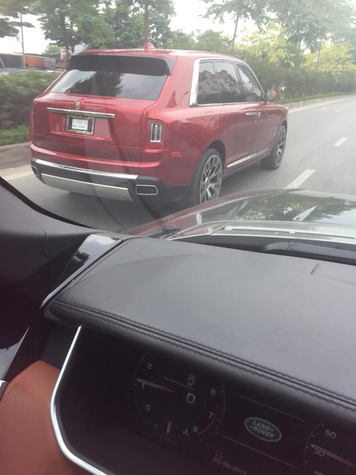 Chạy Range Rover chụp SUV siêu sang Rolls-Royce Cullinan