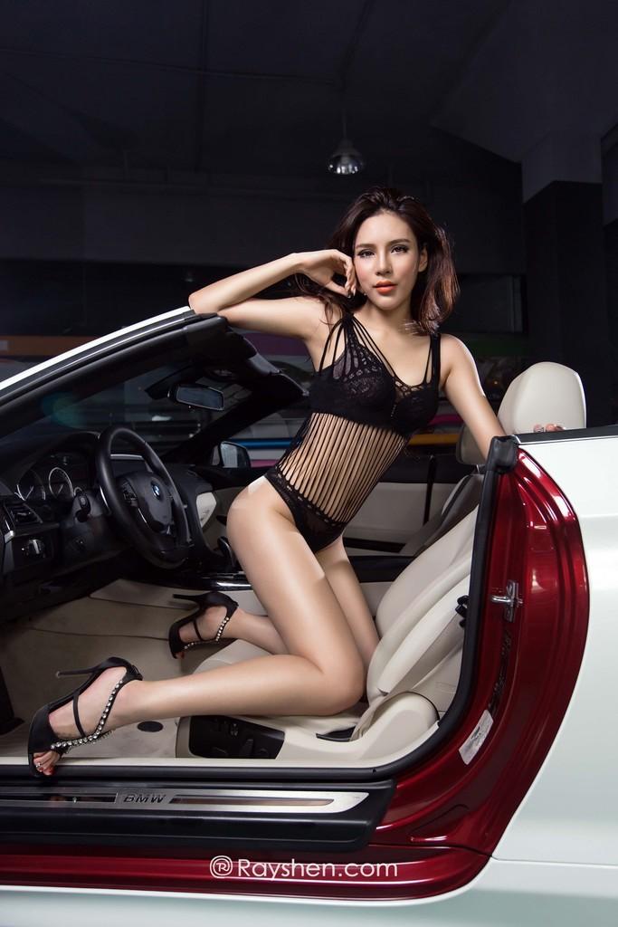 Mỹ nhân mặc nội y màu đen gợi cảm, khoe thân thể diễm lệ cùng BMW mui trần
