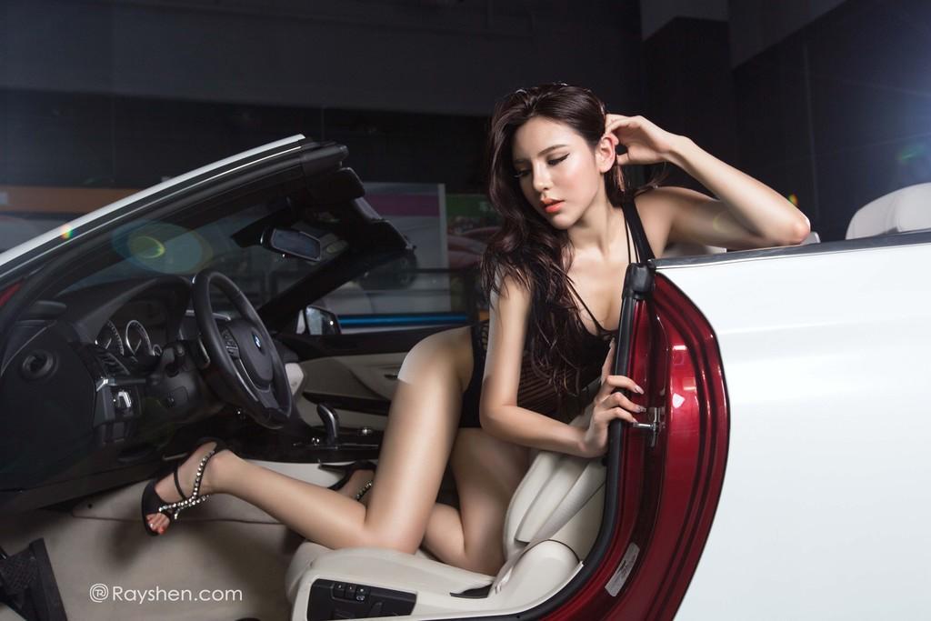 Mỹ nhân mặc nội y màu đen gợi cảm, khoe thân thể diễm lệ cùng BMW mui trần - 3