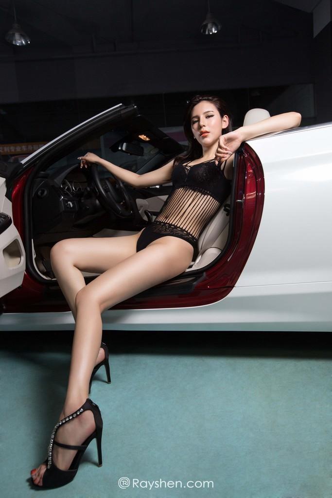 Mỹ nhân mặc nội y màu đen gợi cảm, khoe thân thể diễm lệ cùng BMW mui trần - 6