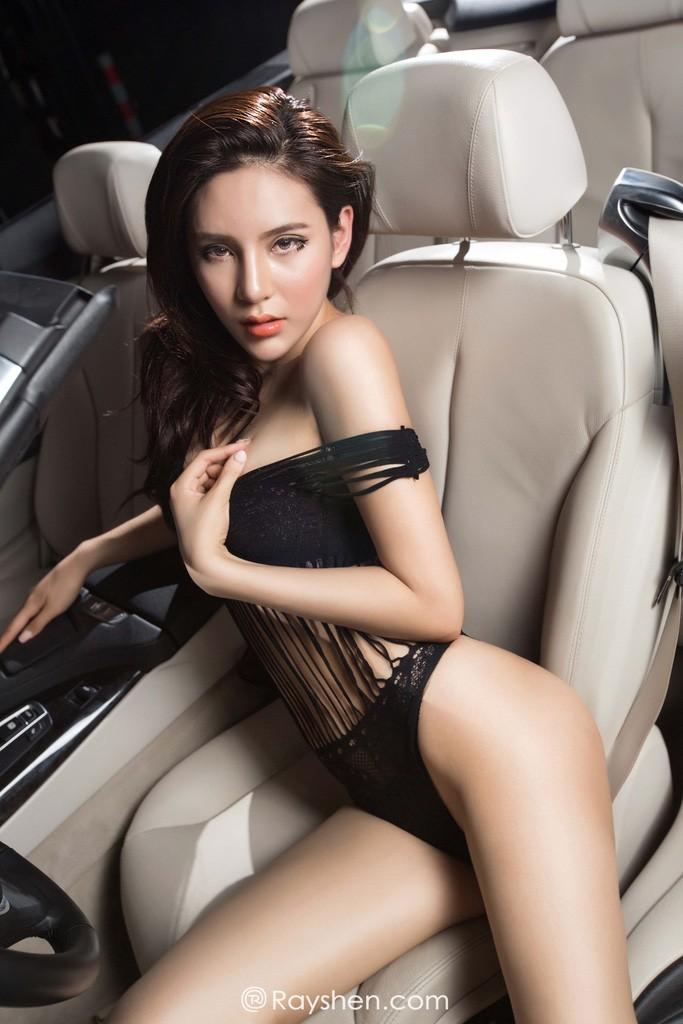 Mỹ nhân mặc nội y màu đen gợi cảm, khoe thân thể diễm lệ cùng BMW mui trần - 11