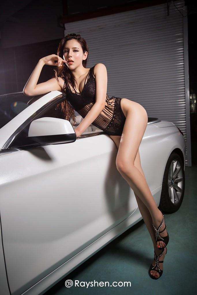 Mỹ nhân mặc nội y màu đen gợi cảm, khoe thân thể diễm lệ cùng BMW mui trần - 8