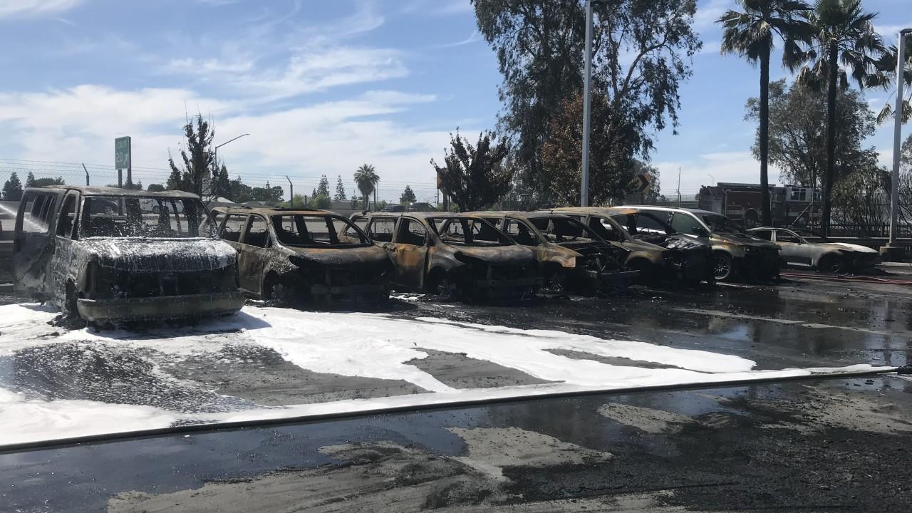 Những chiếc ô tô cháy trơ khung tại bãi đỗ của đại lý CarMax