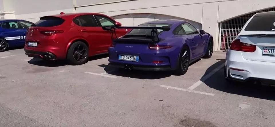 Một chiếc xe thể thao hạng sang Porsche màu tím mộng mơ bị bắt gặp trong bãi