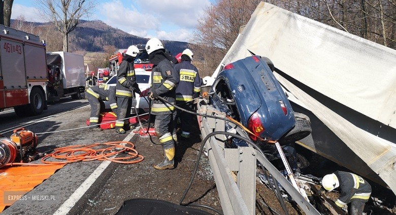 Chiếc Kia Ceed bị kẹp giữa xe container và dải ta-luy