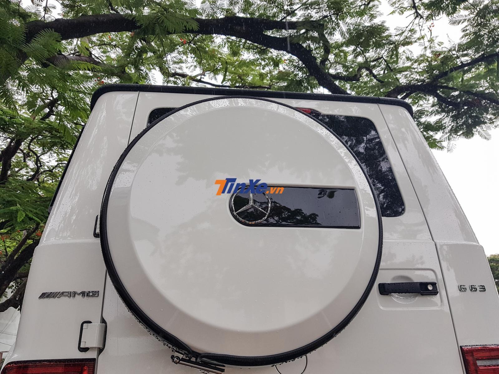 Mặt ngoài bánh xe dự phòng sơn màu trắng tông xuyệt tông ngoại thất