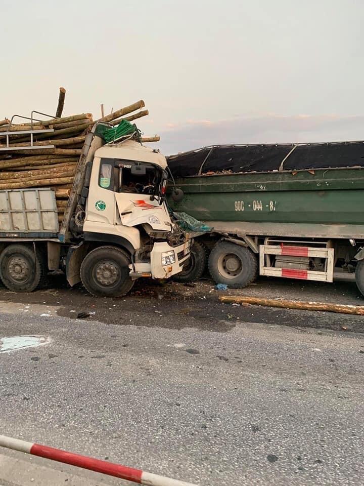 Hiện trường vụ tai nạn giữa ô tô tải và xe ben