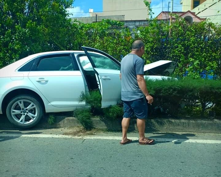 Vụ tai nạn làm phần đầu xe Audi A4 hư hỏng nặng, túi khí bên trong khoang lái cũng bung ra