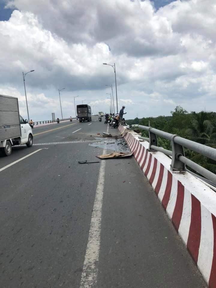 Một đoạn thành cầu bằng sắt bị vỡ
