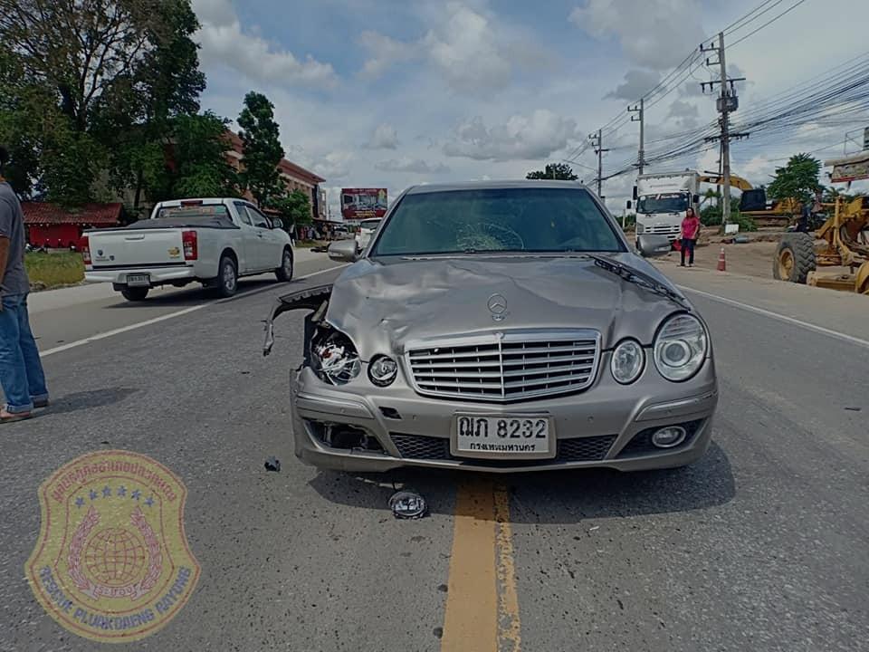 Phần bên phải đầu xe Mercedes-Benz bị vỡ sau va chạm