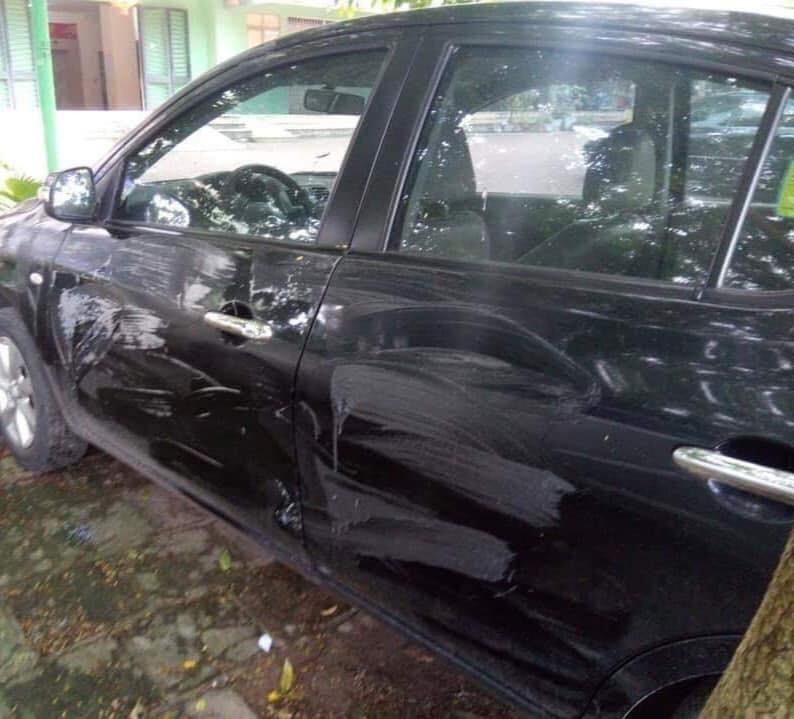 Phần sườn của chiếc Nissan Sunny bị bôi bẩn nhiều chỗ