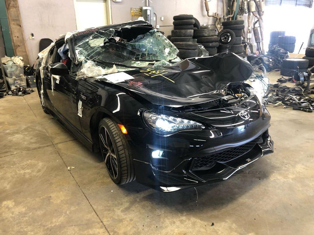 Kính chắn gió trước và sau của chiếc xe đều đã vỡ nát
