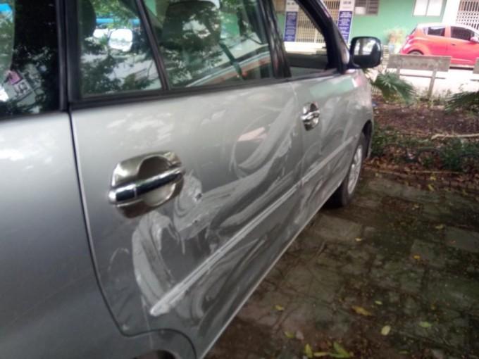 Chiếc Toyota Innova bị bôi bẩn lên sườn xe