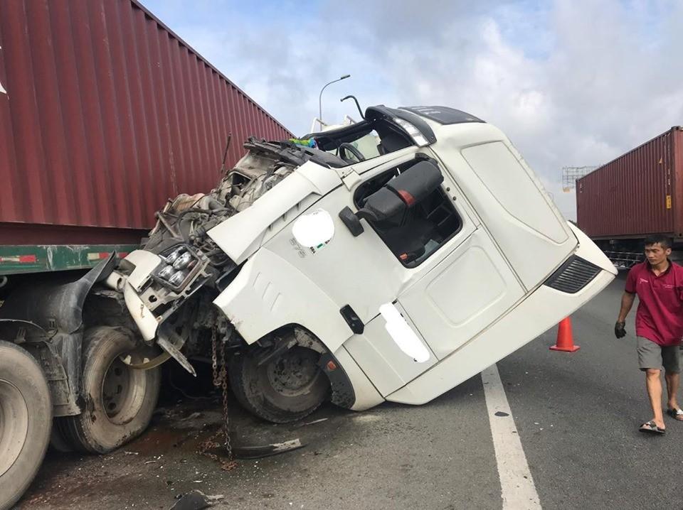Tai nạn giữa xe bồn và xe container trên cao tốc Long Thành - Dầu Giây vào sáng nay