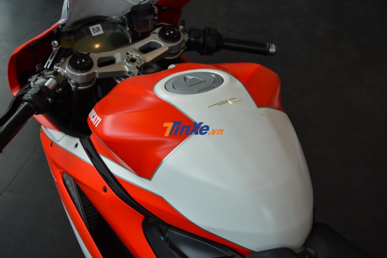 Bình xăng bằng nhôm trên Ducati 959 Panigale Corse cũng được sơn hai màu nhám là đỏ và trắng