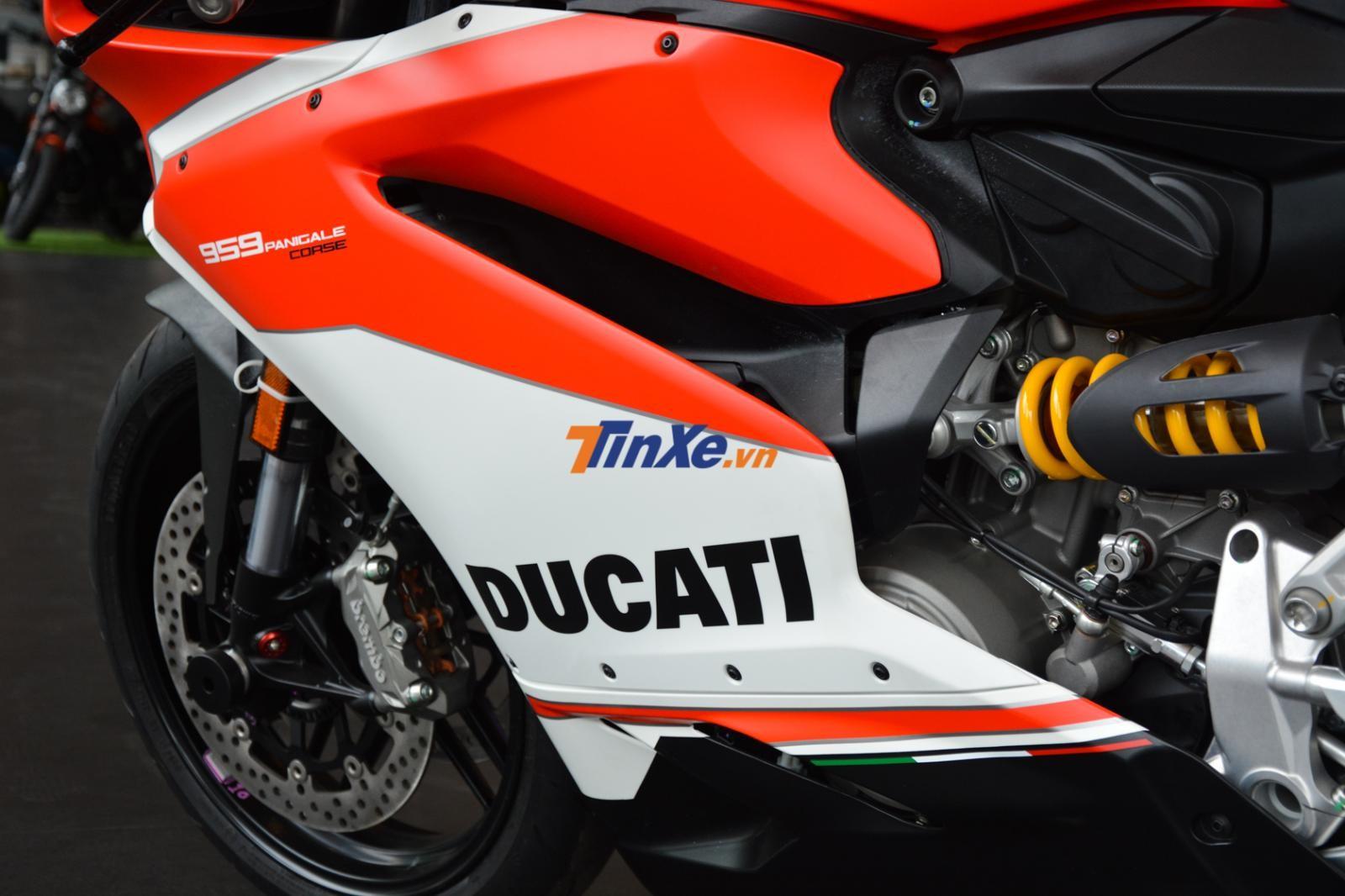 dàn áo của Ducati 959 Panigale Corse còn xuất hiện dải 3 màu xanh lá cây, trắng và đỏ tượng trưng Quốc kỳ nước Ý