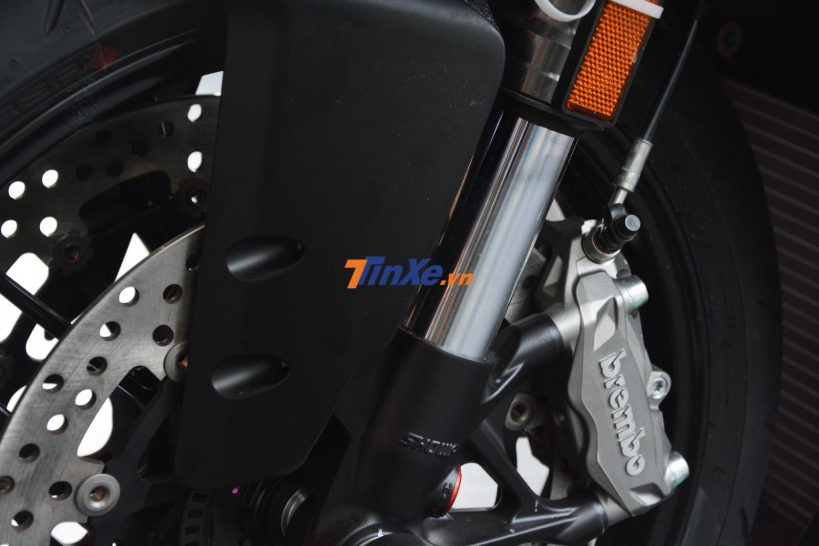 Ducati 959 Panigale Corse vẫn có phanh đĩa kép phía trước đường kính 320 mm cùng kẹp phanh của Brembo