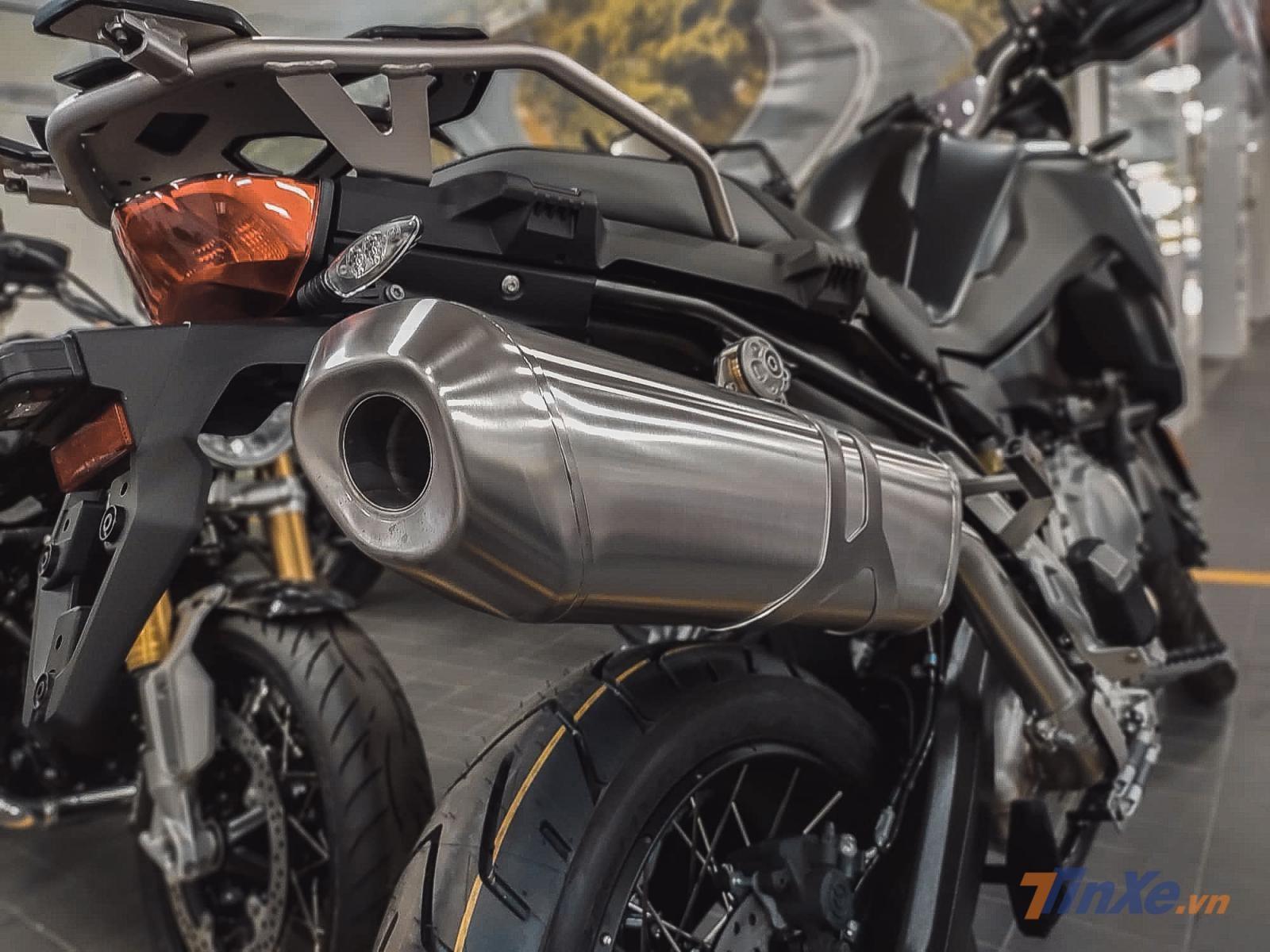 Hệ thống đèn của F850GS 2019 được nâng cấp hoàn toàn với công nghệ đèn LED tăng độ sáng cùng thẩm mỹ của xe. Khác với lốp nguyên bản được bán ra ở thị trường Châu Á, phiên bản này được trang bị lốp tròn kích thước 17 sau và 21 trước chứ không phải lốp gai Metzeler.