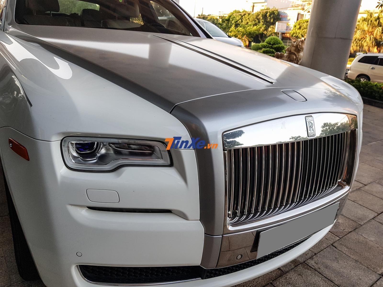 Chiếc xe siêu sang Rolls-Royce Ghost bị móp khá nặng một bên đầu xe thuộc phiên bản Series II