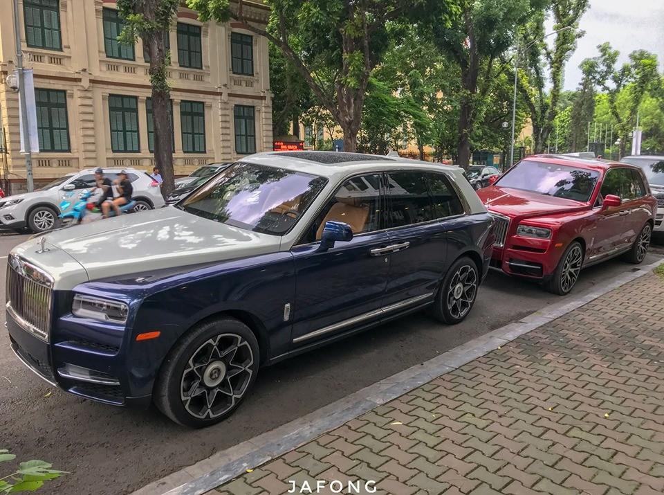 Đây là lần đầu tiên hai chiếc SUV siêu sang Rolls-Royce Cullinan đọ dáng cùng nhau